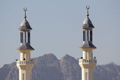Aumento delle torri della moschea sopra le montagne Fotografia Stock Libera da Diritti