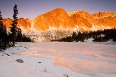 Aumento di Diamond Peak sopra il lago Marie immagini stock libere da diritti