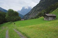 Aumento di estate da Wengen verso Burglauenen (alpi di Bernese, Svizzera) Fotografia Stock