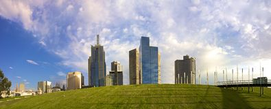 Aumento di Melbourne dalla collina erbosa Fotografie Stock