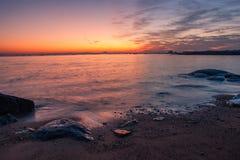 Aumento di Sun alla spiaggia del mare della roccia fotografia stock libera da diritti