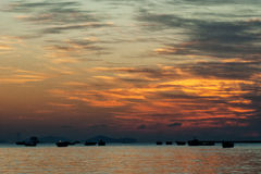 Aumento di Sun alla spiaggia del mare della roccia immagini stock libere da diritti