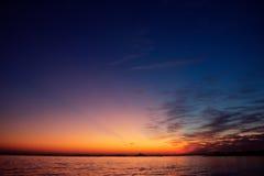 Aumento di Sun alla spiaggia del mare della roccia immagine stock