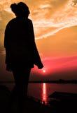 Aumento di Sun con il siluate della ragazza Fotografie Stock