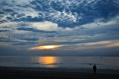 Aumento di Sun fra la nuvola Immagini Stock