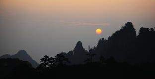 Aumento di Sun in montagna di HuangShan Immagini Stock Libere da Diritti