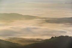 Aumento di Sun sulla montagna della nebbia Fotografia Stock Libera da Diritti