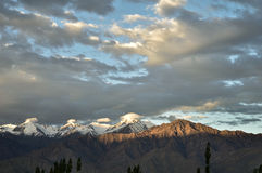 Aumento di Sun sulle montagne Fotografie Stock Libere da Diritti