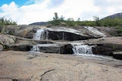 Aumento di Trolltunga e delle cascate - Norvegia Fotografia Stock