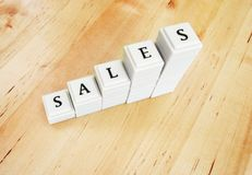 Aumento di vendite - parola nei blocchi Fotografie Stock