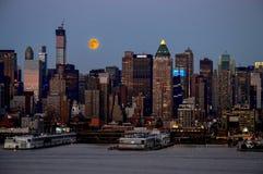 Aumento eccellente della luna sopra Manhattan Fotografie Stock Libere da Diritti