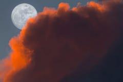 Aumento pieno della luna della neve durante il tramonto Immagini Stock Libere da Diritti