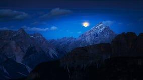 Aumento spettacolare della luna nelle montagne Fotografia Stock