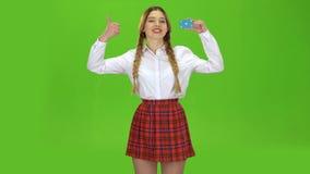 Aumentos adolescentes la tarjeta y las demostraciones una autorización Pantalla verde almacen de video