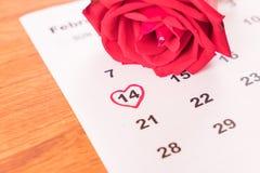 aumentou no calendário com a data da Dinamarca do Valentim do 14 de fevereiro Fotos de Stock