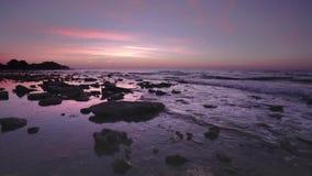 Aunrise na costa rochosa do Mar Negro video estoque