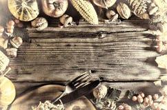 aunumn tło opuszczać życie nad spokojny dziękczynieniem drewniany Banie i różnorodne jesieni owoc Rama z sezonowymi składnikami w Fotografia Stock