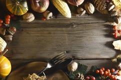 aunumn tło opuszczać życie nad spokojny dziękczynieniem drewniany Banie i różnorodne jesieni owoc Rama z sezonowymi składnikami w Obraz Stock
