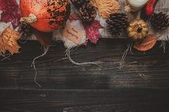 aunumn tło opuszczać życie nad spokojny dziękczynieniem drewniany Dziękczynienie dekoracja na drewnianym stole, odgórny widok Fotografia Royalty Free