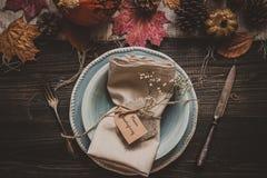 aunumn tło opuszczać życie nad spokojny dziękczynieniem drewniany Dziękczynienie dekoracja z cutlery i talerzem na drewnianym sto Obraz Stock