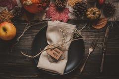 aunumn tło opuszczać życie nad spokojny dziękczynieniem drewniany Dziękczynienie dekoracja z cutlery i talerzem na drewnianym sto Obraz Royalty Free