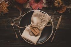 aunumn tło opuszczać życie nad spokojny dziękczynieniem drewniany Dziękczynienie dekoracja z cutlery i talerzem na drewnianym sto Zdjęcia Royalty Free