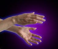 Aura électromagnétique autour des mains du guérisseur images libres de droits