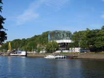 Aurajoki河和Turun Kaupunginteatteri的Embrarkment在图尔库 库存照片