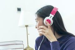 Auricular del adolescente bonito y smartphone el sostenerse que llevan Imágenes de archivo libres de regalías