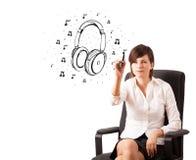 Auricular del gráfico de la chica joven y notas musicales Imágenes de archivo libres de regalías
