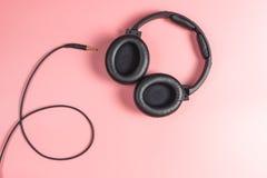 Auricular desenchufado negro del estudio en rosa Imágenes de archivo libres de regalías