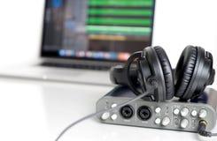 Auricular negro del estudio de la música que miente en interfaz de los sonidos imagenes de archivo
