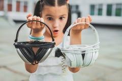 Auricular que se sostiene adolescente agradable Foto de archivo libre de regalías