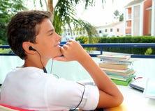 Auriculares al aire libre relaxed del adolescente del muchacho Imagen de archivo