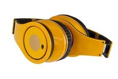 Auriculares amarillos aislados en un fondo blanco. Fotografía de archivo