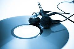 Auriculares audios con tono azul CD Imagen de archivo libre de regalías