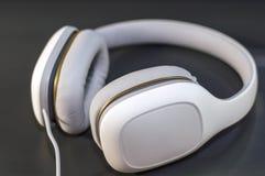 Auriculares blancos en fondo oscuro imágenes de archivo libres de regalías