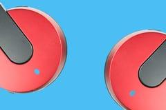 Auriculares con el fondo azul Foto de archivo