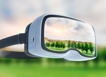 Auriculares da realidade virtual, exposição dobro, campo verde sob o sol imagem de stock