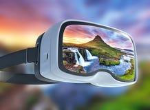 Auriculares da realidade virtual, exposição dobro, o por do sol pitoresco sobre paisagens e cachoeiras Montanha de Kirkjufell fotos de stock royalty free