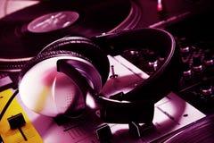 Auriculares de DJ en mezclador de sonidos imagen de archivo