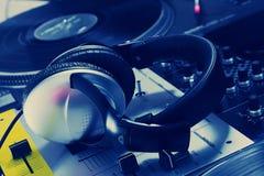 Auriculares de DJ en mezclador de sonidos foto de archivo