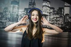 Auriculares de la música que escuchan Fotos de archivo