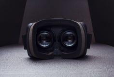 Auriculares de la realidad virtual, dentro de la visión, vidrios, luz dramática Imagen de archivo libre de regalías