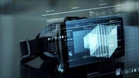 Auriculares de Vr com holograma da tela virtual e do cubo video estoque