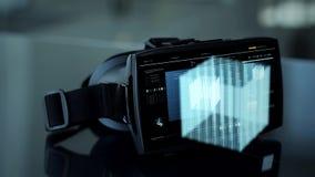 Auriculares de Vr com holograma virtual do cubo video estoque