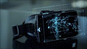 Auriculares de Vr con la codificación y mapa del mundo en la pantalla almacen de metraje de vídeo