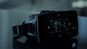 Auriculares de Vr con la codificación y mapa del mundo en la pantalla almacen de video