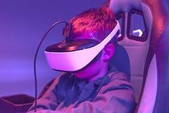 Auriculares del vr del muchacho que llevan en el centro de la realidad virtual fotos de archivo libres de regalías