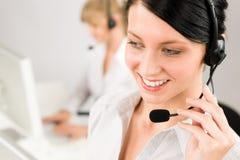Auriculares do telefone do centro de chamadas da mulher do serviço de atenção a o cliente Fotos de Stock Royalty Free